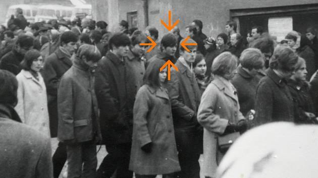 POHŘEB druhé lidské pochodně ve Vítkově, v davu je také Jan Nykl, označený šipkou.