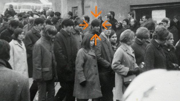 POHŘEB druhé lidské pochodně ve Vítkově, vdavu je také Jan Nykl, označený šipkou.
