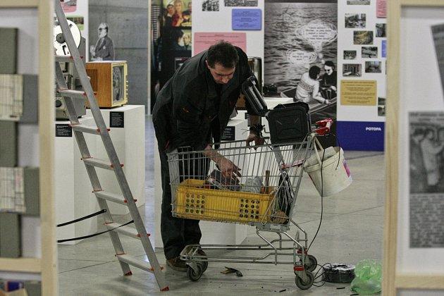 Snímek zpřípravy výstavy Od televise ktelevizi ve Velkém světě techniky vDolní oblasti Vítkovic.