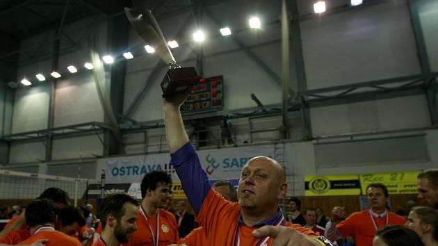 V roce 2013 trenéra Zdeňka Šmejkala ve VK Ostrava oslavovali za mistrovský titul, o dvě sezony později v klubu o reprezentačního kouče nestojí.