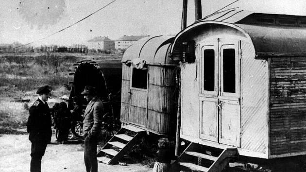 Kočování. Dle zákona z roku 1958 bylo v Československu zakázáno kočování. Veřejná bezpečnost zabavovala Romům maringotky a koně.