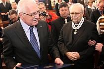 Prezident ČR Václav Klaus předal v pondělí na ostravském magistrátu Řád T. G. Masaryka bývalému děkanovi římskokatolické církve v Opavě Msgre Josefu Veselému.