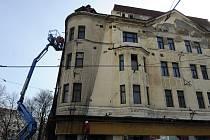 """Polorozpadlý bývalý Módní dům Ostravica Textilia v Nádražní ulici dále chátrá. Dělníci ho """"zabalili"""" do speciální sítě, aby neohrožoval kolemjdoucí."""