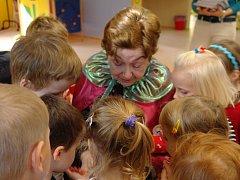 Paní Malinovou (na snímku) a Némethovou čtení pohádek dětem ve školce těší.