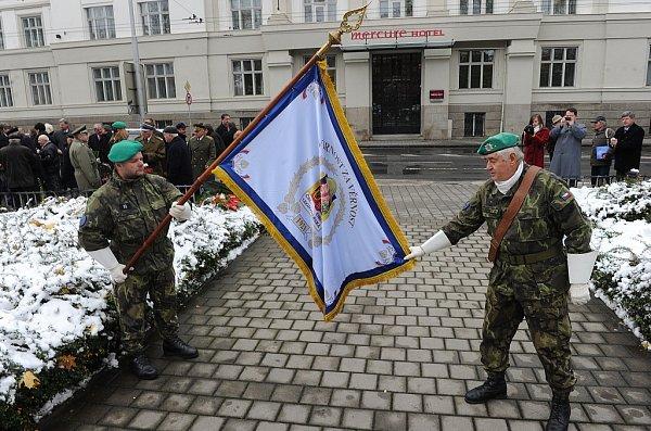 Slavnostní shromáždění skladením věnců upříležitosti 94.výročí vzniku samostatného čs. státu vHusově sadu vMoravské Ostravě.