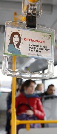 Od začátku března najdou cestující ve vozech MHD letáčky, které upozorňují na ohleduplné a slušné chování vdopravních prostředcích. Její tvůrci zjišťovali, co si oní lidé myslí.