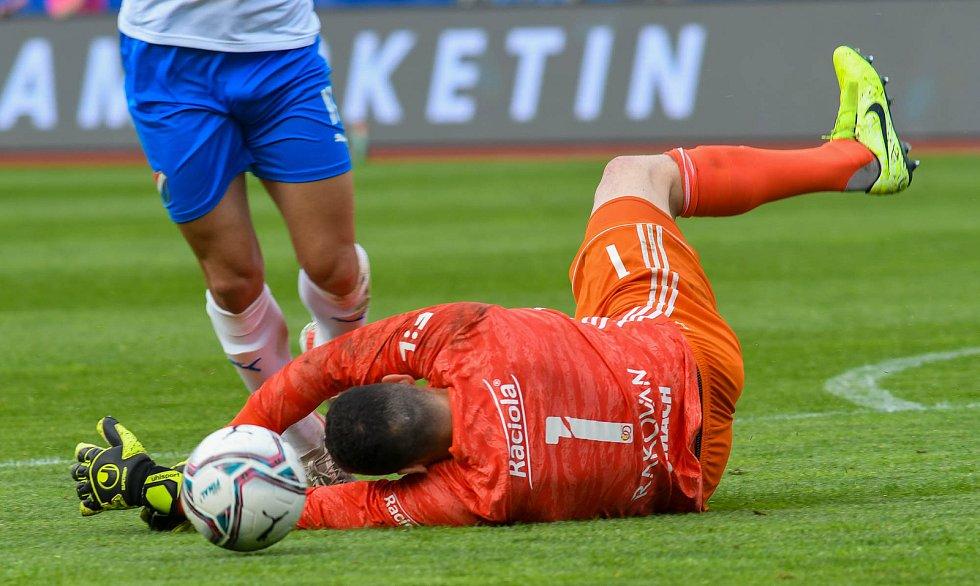 Fotbalisté Baníku Ostrava bojovali 15. května 2021 v utkání 32. ligového kola se Zlínem. Brankář hostí Matěj Rakovan.
