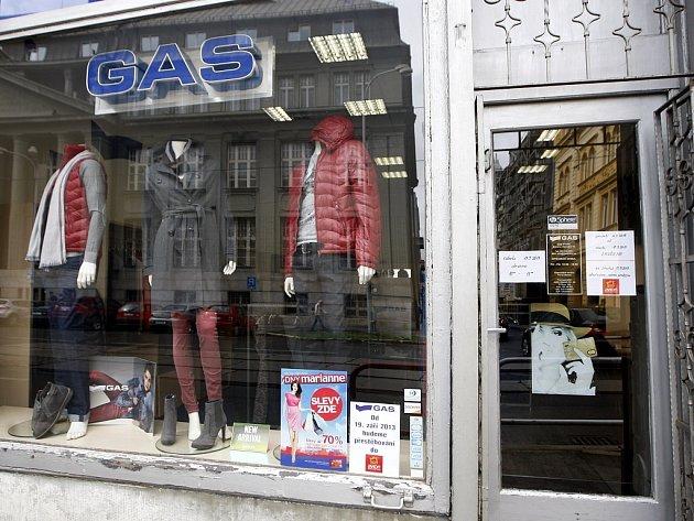 Stěhování. Také tato prodejna na rohu Nádražní a Hollarovy ulice se brzy přestěhuje. Dříve v tomto obchodě dlouhá léta úspěšně fungovala prodejna hudebnin.