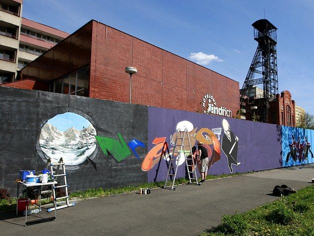 Po několika letech se rozhodli pouliční umělci přemalovat plošně celý plot areálu bývalého Dolu Jindřich v Nádražní ulici v Ostravě.