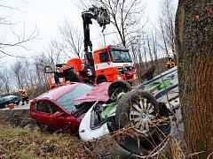 Dopravní nehoda tří aut v Heřmanicích - dvě museli hasiči tahat z příkopu.
