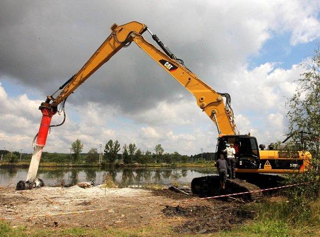Speciální stroj vhání do lagun vápno