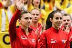 Utkání kvalifikace Fedcupového poháru Česká republika - Rumunsko, dvouhra, 10. února 2019 v Ostravě. Na snímku (zleva) Simona Halepová, Mihaela Buzarnescuová.