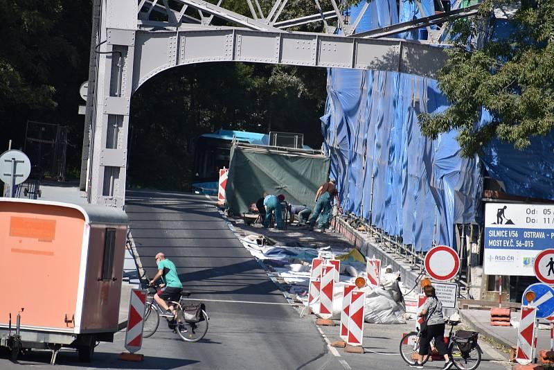 Přes most se osobní vozidla stále nedostanou.