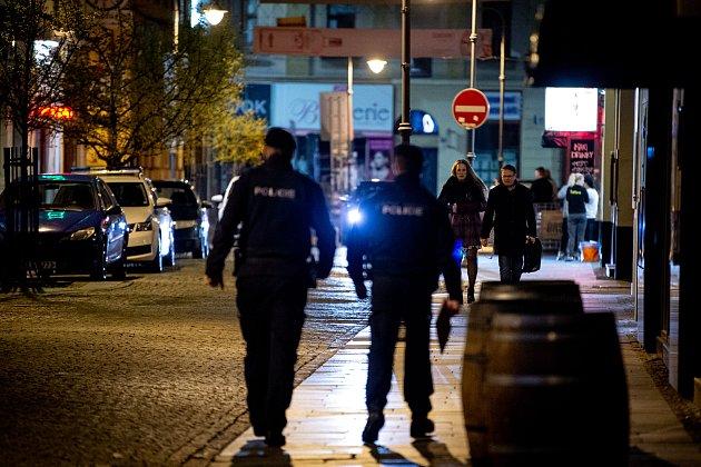 Prázdná Stodolní ulice 13.března 2020vOstravě. Vláda ČR vyhlásila dne 12.března 2020stav nouze a rozhodla, že všechny restaurace a hospody budou kvůli koronavirovým opatřením uzavřeny ve 20:00. Policie kontroluje zda jsou všechny restaurace, hospody