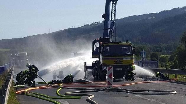 Sedm jednotek hasičů zasahovalo v pátek 18. září odpoledne až do večera v Jablunkově (okres Frýdek-Místek) u požáru acetylénu, který unikal z tlakové lahve svařovací soupravy při opravě mostu, který je součástí silničního obchvatu Jablunkova.