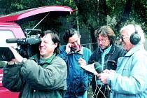 Z natáčení Postřehů odjinud. Zleva kameraman Zdeněk Úlehla, režisér Jaroslav Večeřa a Karel Bělohlavý.
