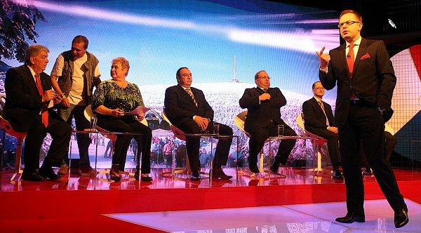 Předvolební speciál, který se natáčel koncem týdne ve studiu České televize vRadvanicích, přivítal šestici lídrů největších politických stran vkraji.