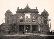 Na fotografii z roku 1953 je vidět zanedbaný stav fasády divadla, i to bylo důvodem k rekonstrukci.