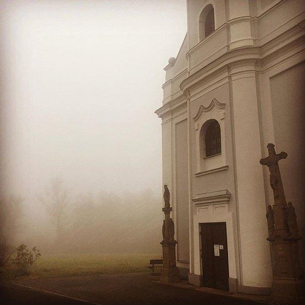 Podzimní melancholii ukarvinského kostela vyfotila spisovatelka Karin Lednická.