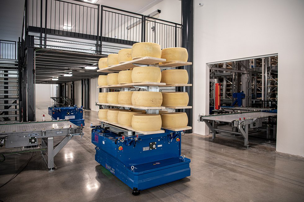 Robotizovaný sklad sklad sýrů společnosti Gran Moravia, 12. srpna 2021 v Cogollo del Cengio v provincii Vicenza, Benátsko, Itálie. Autonomní vozítko odváží bochníky do skladu.