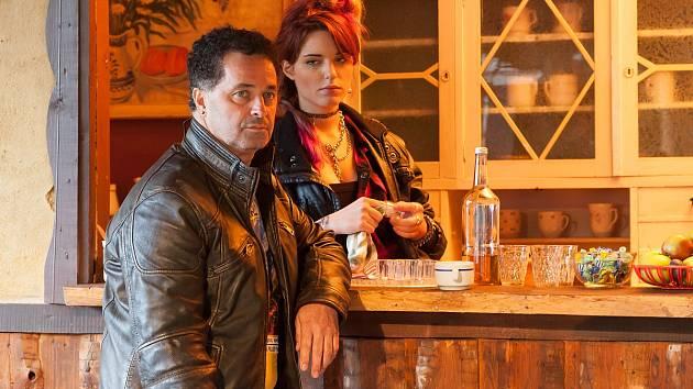 Snímek z natáčení filmu Muzzikanti. Vlevo Martin Dejdar.