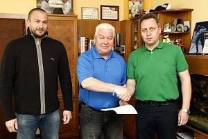 Prezident hokejových Vítkovic František Černík (uprostřed) ve své kanceláři prodloužil o rok smlouvy s úspěšnou trenérskou dvojicí Peter Oremus (vpravo) Roman Šimíček.