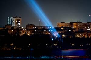 Na noční obloze nad Porubou se rozzářilo světlo solidarity, 9. dubna 2020 v Ostravě. Místní společnost High Lite Touring, se rozhodla tímto gestem vyjádřit vděk všem, kteří bojují s koronavirem v první linii.