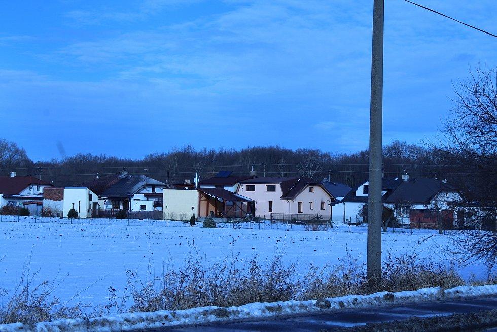 Zhruba 150 metrů od místa, kde má krematorium stát, se nacházejí rodinné domy.