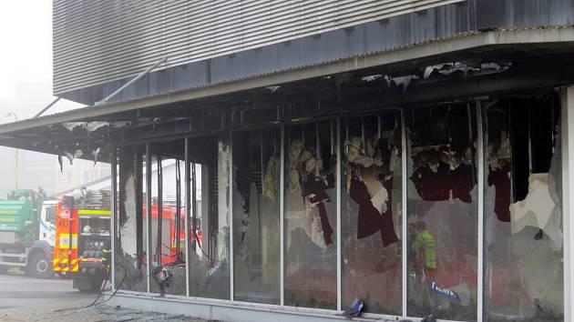 Hasiči odklízeli ohořelé vybavení obchodu, probíhal úklid trosek a pokračovalo vyšetřování příčin požáru.