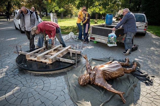 Instalace sochy na počet Věry Špinarové vHusově sadu, 15.října 2018vOstravě.