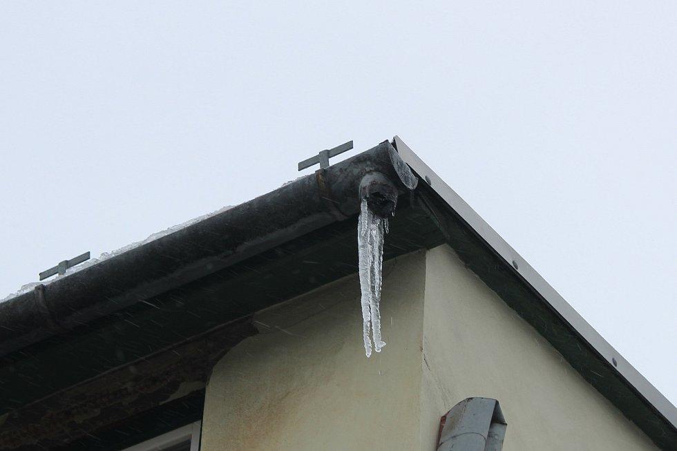 Rampouchy na střechách v Ostravě-Vítkovicích ve středu 17. 2. 2021