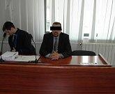 Manžel šéfky exekutorské komory Miroslav F. (vpravo vedle svého obhájce) ve středu u soudu vinu odmítl.