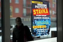 Ke stávce státních zaměstnanců se připojila i většina pracovníků Okresního soudu v Ostravě. Veřejnost o tom informují speciální plakáty vylepené na dveřích soudní budovy.