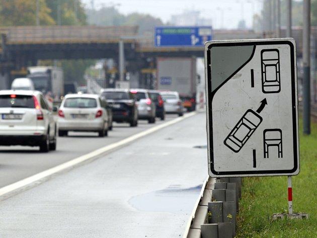 Na pravidlo ZIP řidiče často upozorňuje itato informativní dopravní značka.