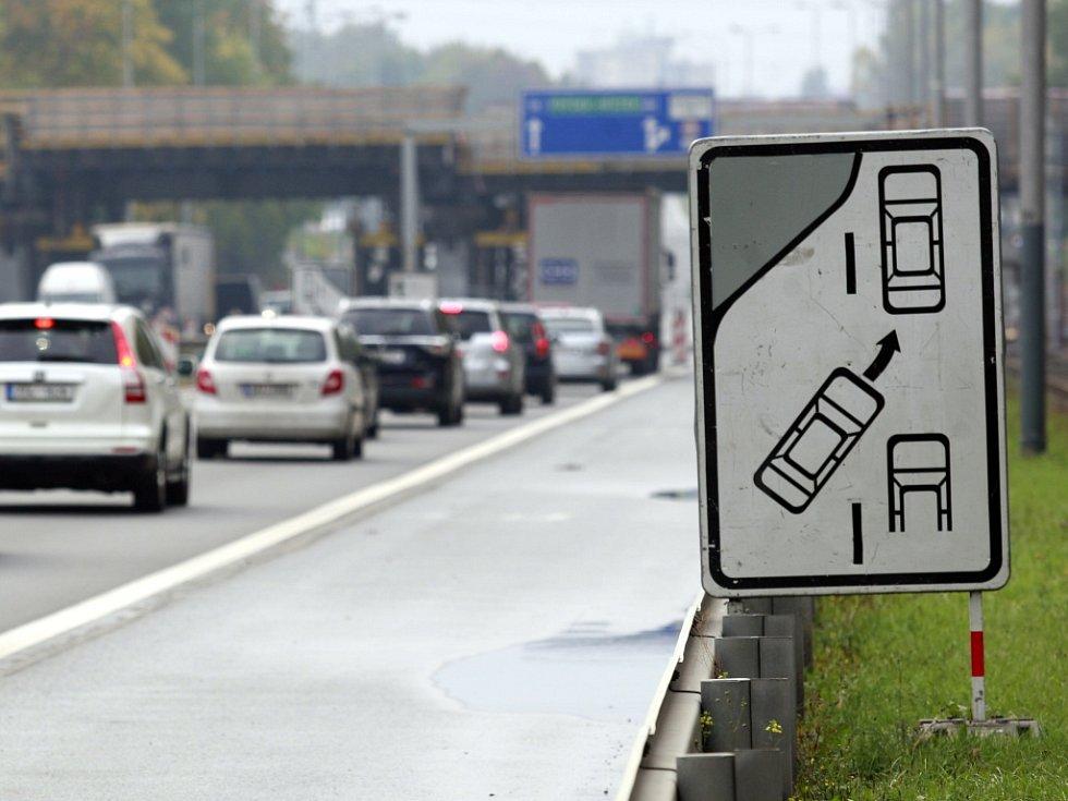 Na pravidlo ZIP řidiče často upozorňuje i tato informativní dopravní značka.
