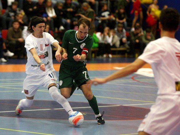 Bez inkasovaného gólu odehráli čeští futsaloví reprezentanti (na snímku vlevo) dvojzápas proti Slovincům. Po pondělní výhře 6:0 tentokrát stačily k úspěchu dva góly