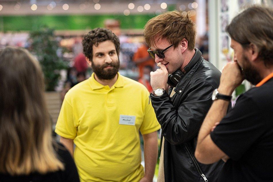 Záběr z celovečerního filmu Volným pádem, který napsal a režíroval herec a umělecký šéf divadla Štěpán Kozub - na snímku s Robinem Ferrem (ve žlutém).