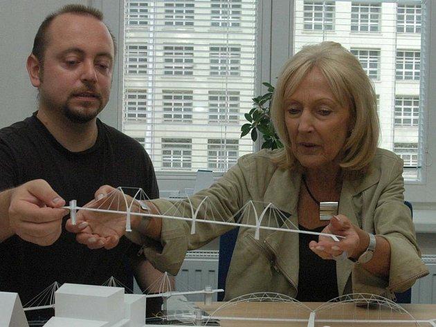 Česká architektka světového jména Eva Jiřičná při představování modelu lávky pro Karolinu v Ostravě.