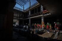 Studenti střední průmyslové školy stavební z Havířova si prohlédli stavbu kampusu na Černé Louce, 28. června 2021 v Ostravě.