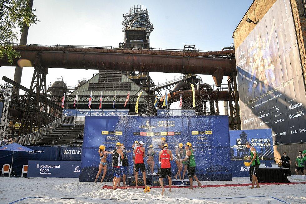 Turnaj Světového okruhu v plážovém volejbalu kategorie 4*, 6. června 2021 v Ostravě. Společné medailové foto oceněných hráček a hráčů na 1.-3. místě.