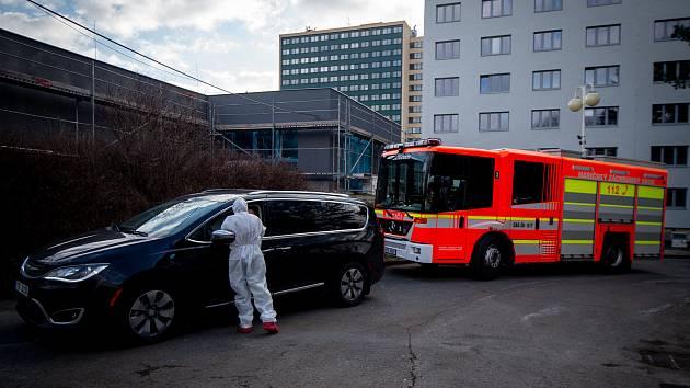 Ostravská fakultní nemocnice zřídila dočasnou odběrovou ambulanci pro pacienty, kteří mají podezření, že se nakazili novým koronavirem (COVID-19). Lidé můžou navštívit odběrové místo na základě doporučení hygienika.