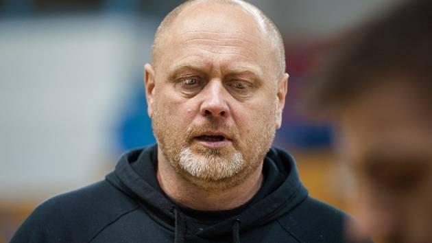 V reprezentaci si mohl trenér Zdeněk Šmejkal realizační tým vybrat sám, v Ostravě mu ho chce složit vedení klubu.
