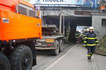 Hasiči uvolňovali další vozidlo, které uvízlo pod podjezdem na Hlučínské ulici v Ostravě-Přívoze