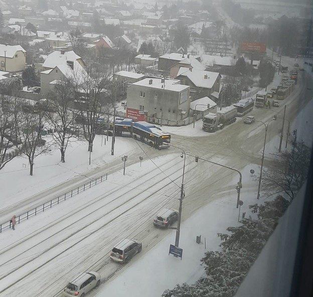 U Domova sester v Ostravě-Porubě do sebe narazily autobusy.