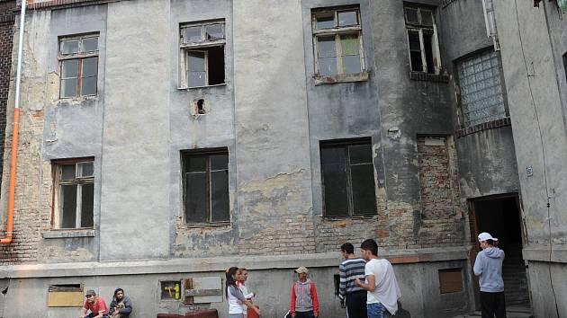 Bude mít dům číslo 8 v ostravském ghettu Přednádraží nové nájemníky?