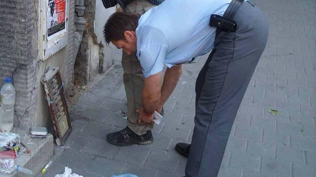 V rukou ostravských policistů skončil třiatřicetiletý cizinec, který dlouhé měsíce vyráběl drogu pervitin.