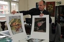 Ředitel SSUŠ AVE ART Ostrava Jaroslav Prokop představuje díla studentů, která se dražila pro nemocné cystickou fibrózou v ostravském hotelu Atom