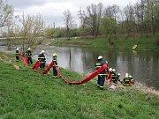 Čtyři norné stěny museli v úterý na řece Odře instalovat hasiči z Ostravy a Bohumína. Důvodem byl únik ropné látky nedaleko jezu v Ostravě-Lhotce.