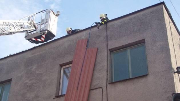 Zásah hasičů na střeše domu v Ostravě-Staré Bělé.
