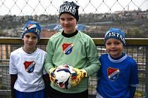 Malí hráči v replikách slavných dresů ze sezony 1975/1976.
